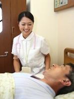 老人の看護をするイメージ写真