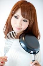 料理に挑む女性のイメージ写真